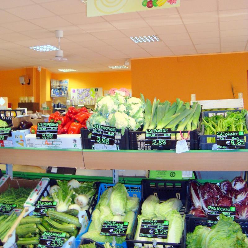 scaffale con verdure in supermercato