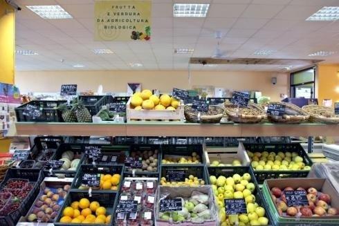 frutta in cremagliera in supermercato