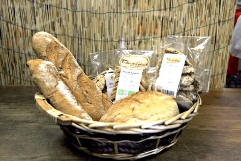 cesto di pane e prodotti gastronomici locali