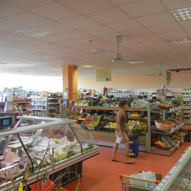 vista interna di un supermercato