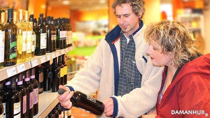 clienti in supermercato durante vedono un bottiglia