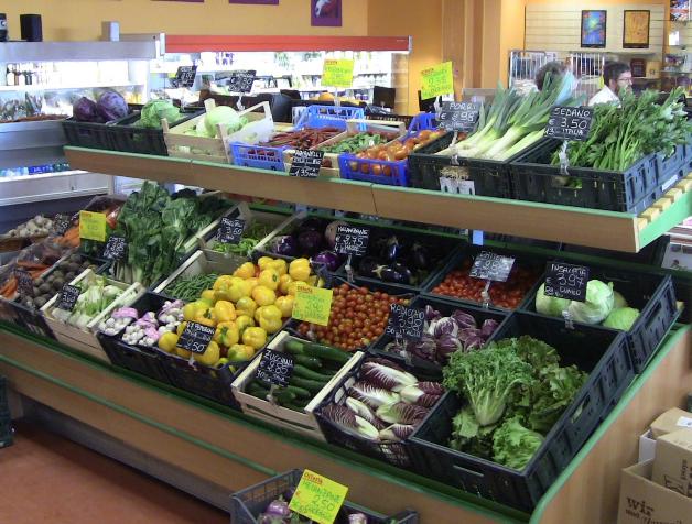 verdure in cremagliera in supermercato