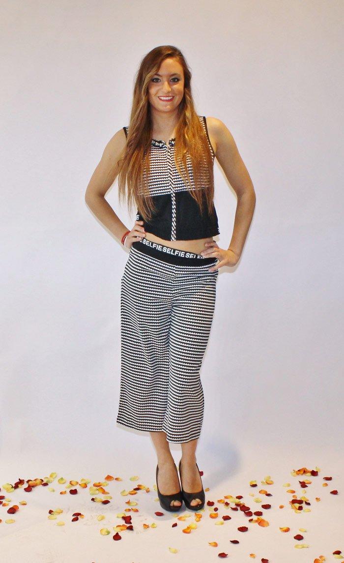 modella con maglia e pantaloni alla moda