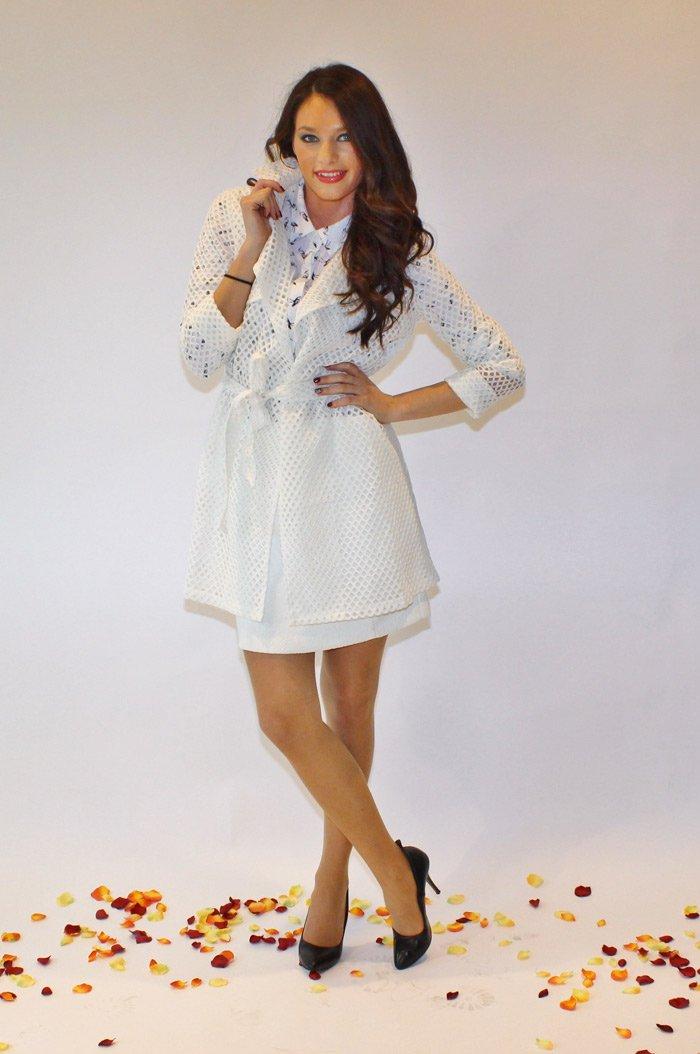 modella con vestito bianco