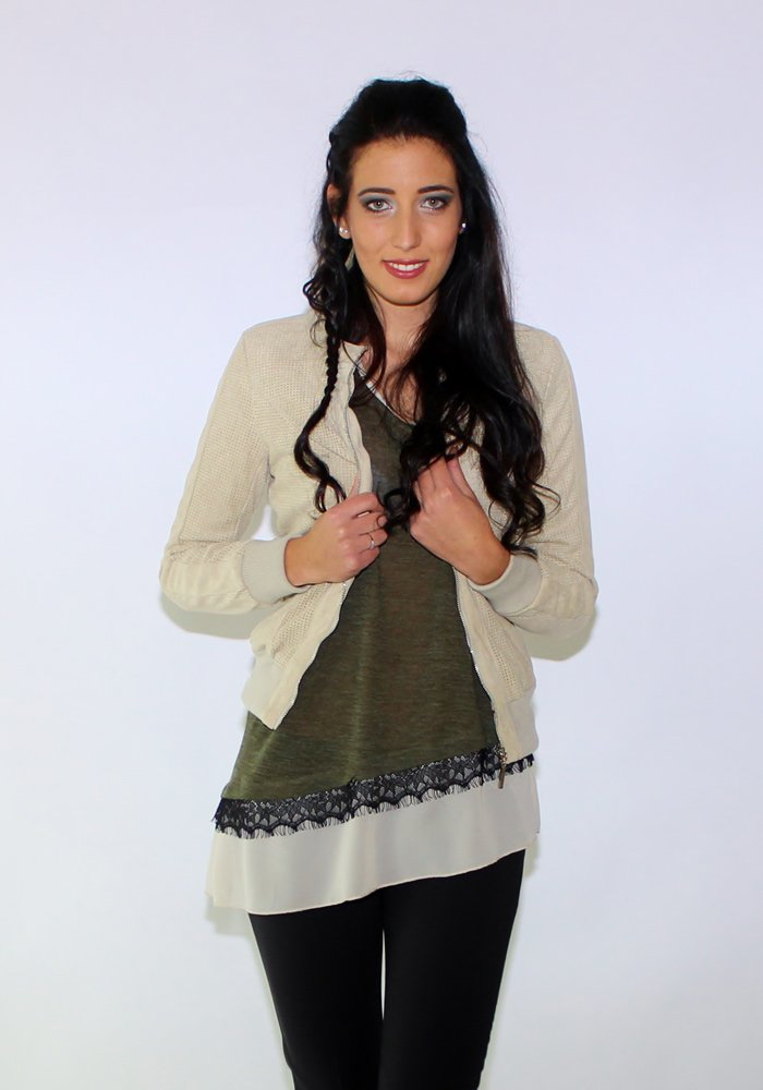 giacca beige e maglia verde lunga