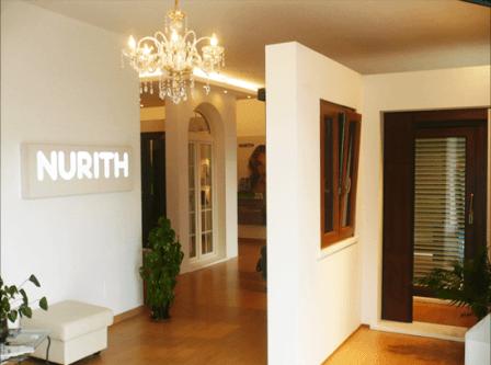 delle porte e finestre in legno in esposizione e un cartello con scritto Nurith
