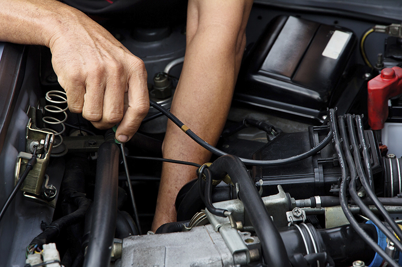 tecnico che controlla l'olio di una macchina