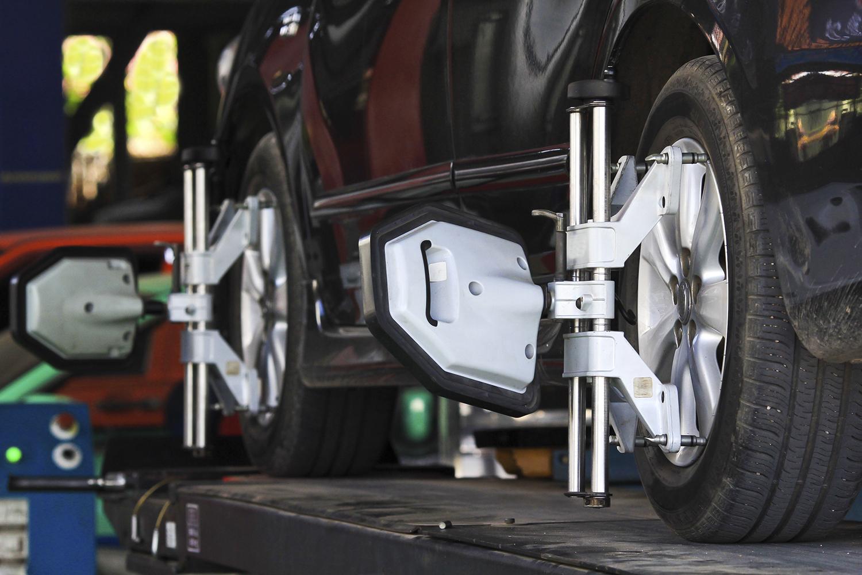 una macchina durante cambio ruote