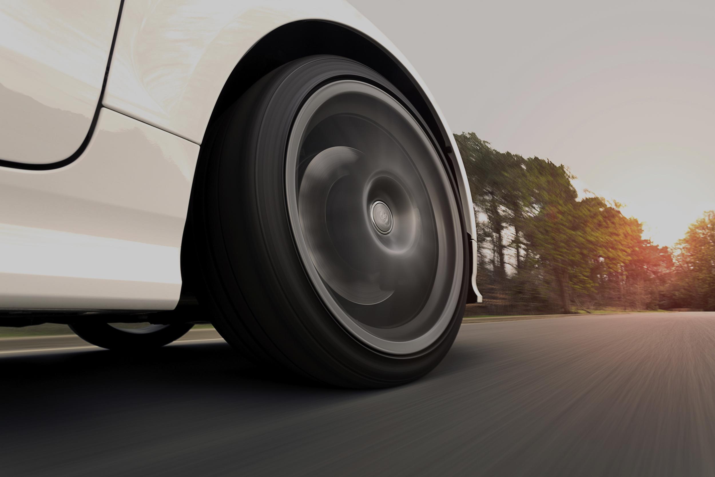 vista dall'asfalto di una macchina in movimento