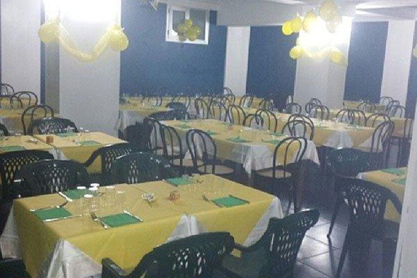 i tavoli con tovaglie gialle e dei palloncini colorati all'interno del ristorante