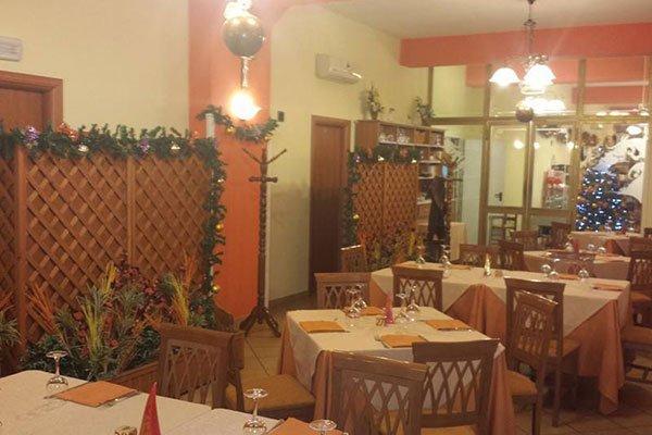 vista dei tavoli nella sala del ristorante