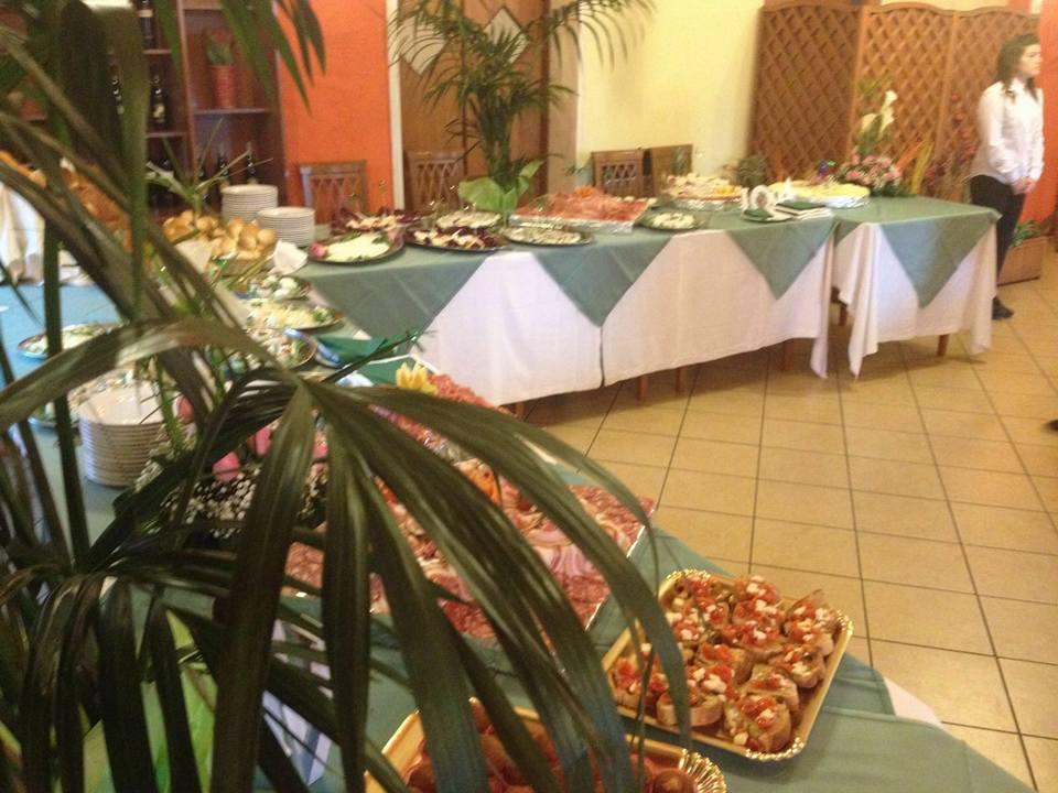 vista di una palma e del buffet all'interno del ristorante