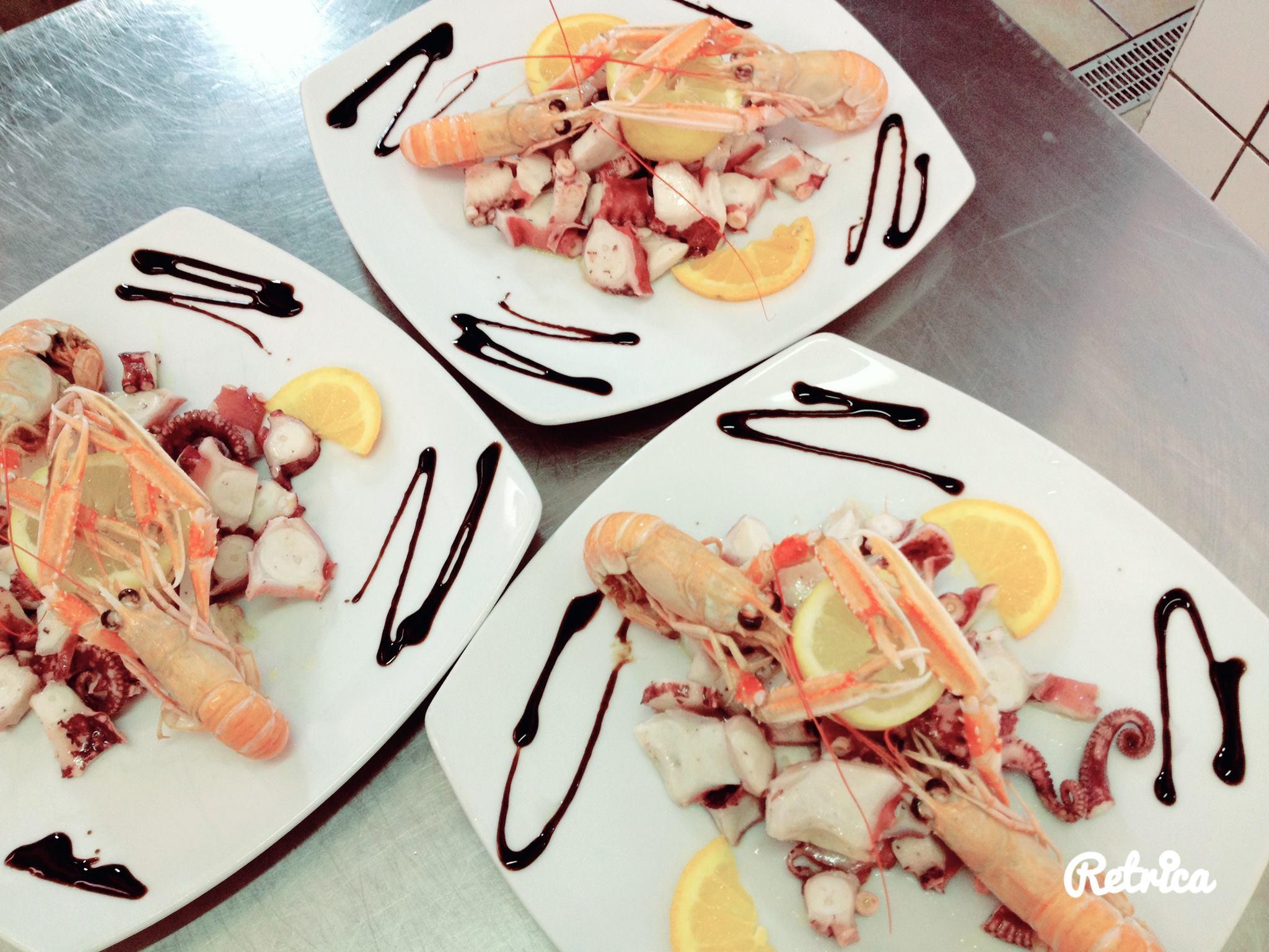 dei piatti a base di gamberi e altro pesce