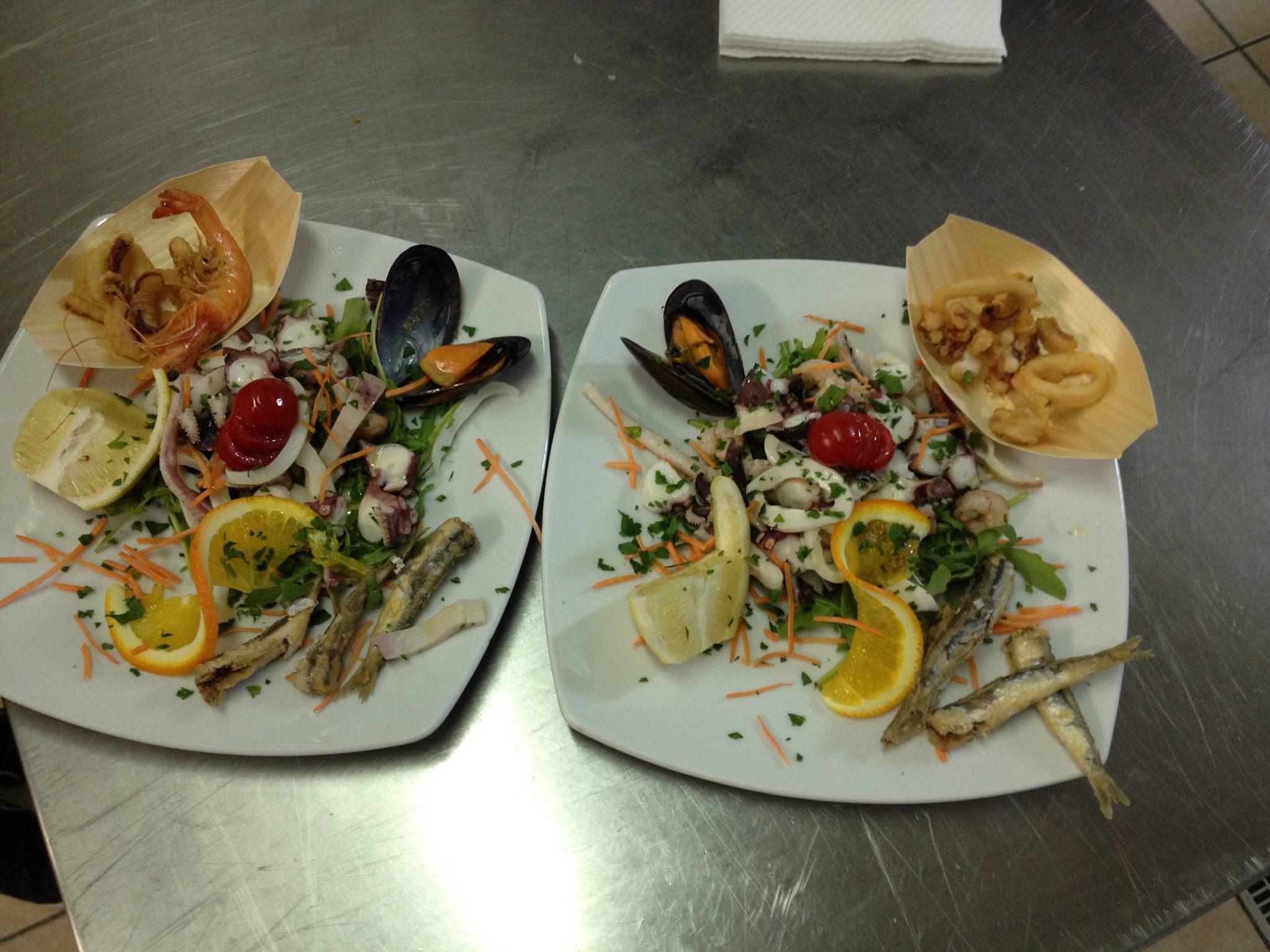 due piatti di insalata mista di mare