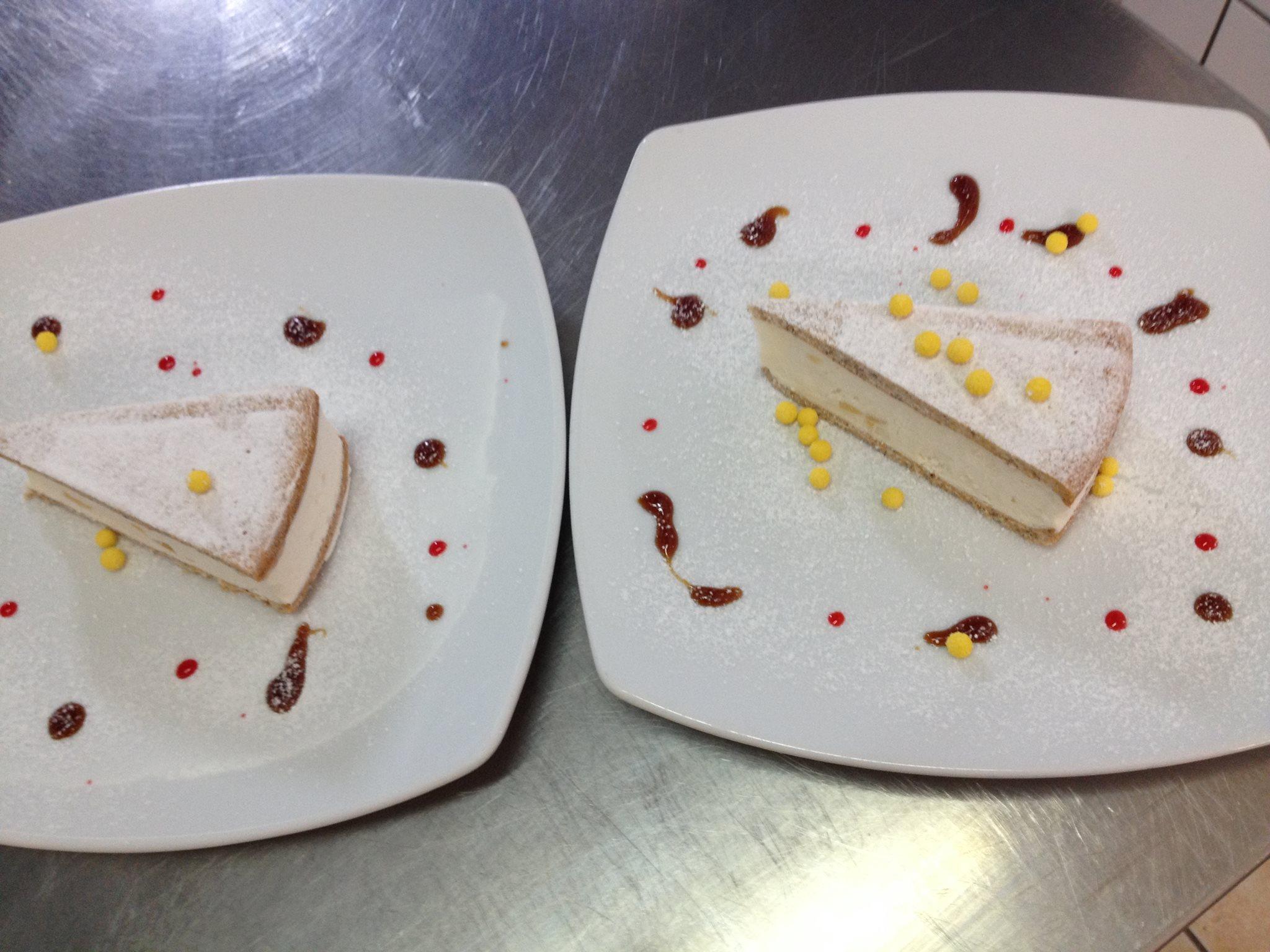 due piatti con due fette di torta con zucchero a velo