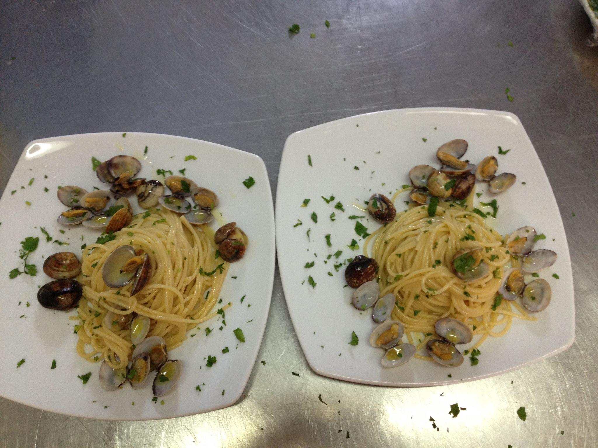 due piatti di spaghetti alle vongole