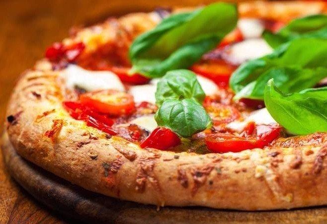 una pizza farcita su un tagliere