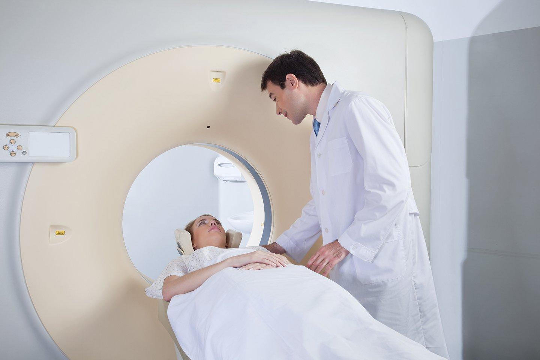 medico e paziente durante una tac