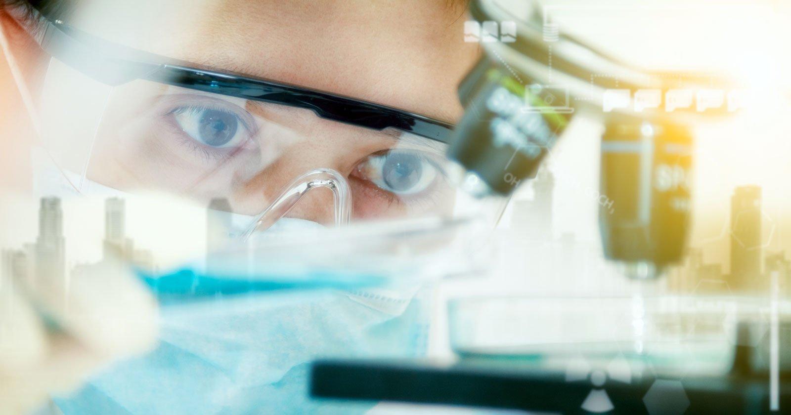tecnico di laboratorio e microscopio