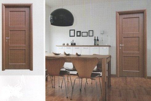 collage pubblicitario con porte in legno