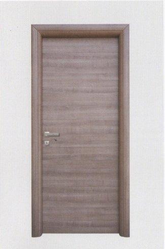 una porta in legno marrone