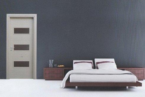 camera da letto con letto e porta bianca