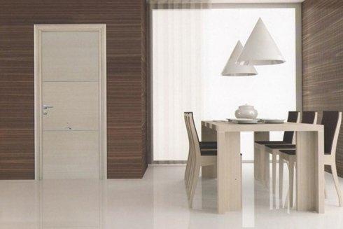 cucina con tavolo e porta bianca