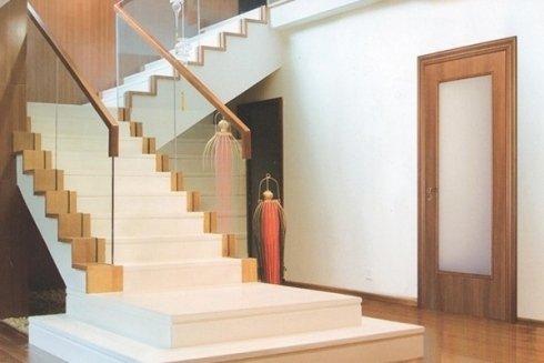 interno di una casa con vista scale