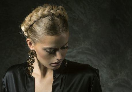 donna con capelli intrecciati