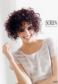 donna con capelli ricci