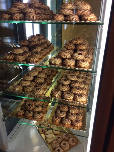 Biscotti di pasticceria su mensole in esposizione