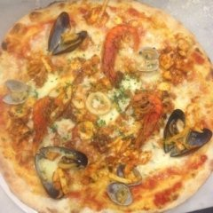 Pizza con frutti di mare, gamberi e calamari