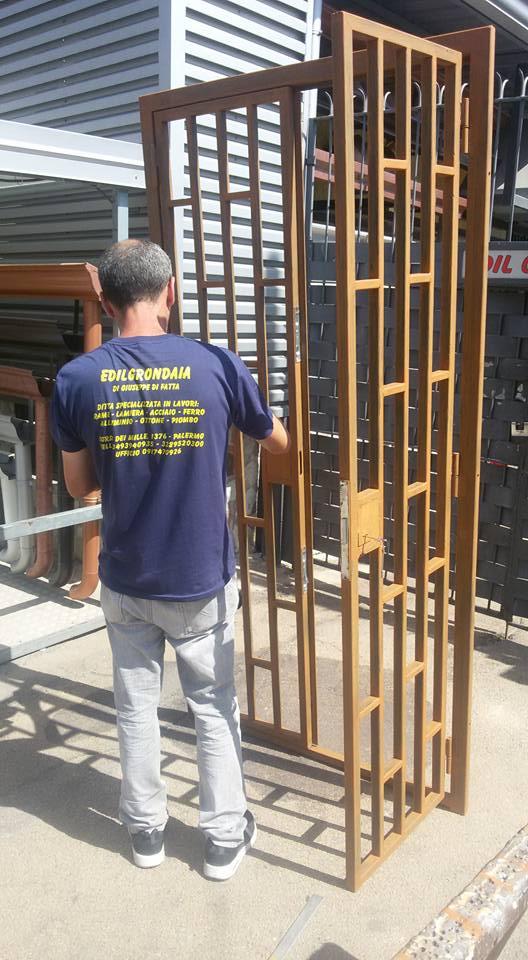 operaio al lavoro ad un cancello