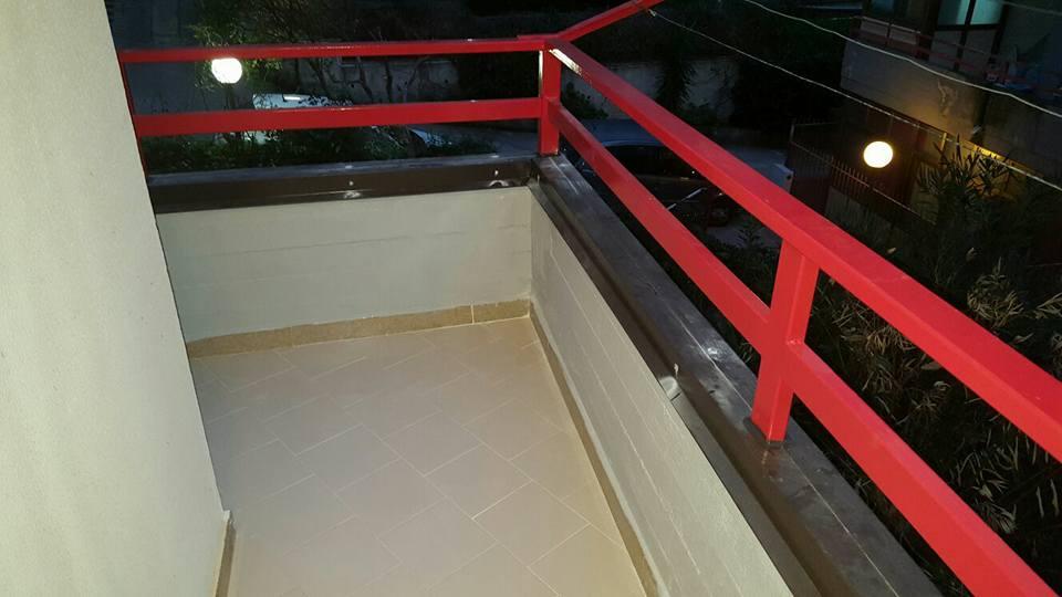 ringhiera rossa balcone