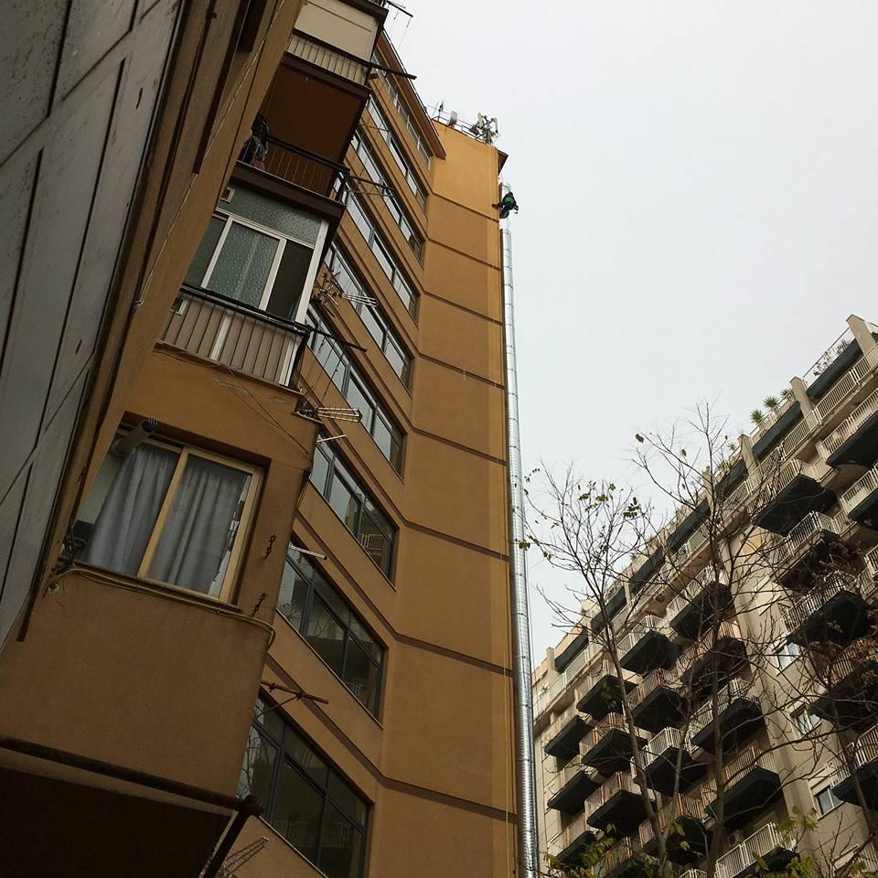due edifici alti visti dal basso