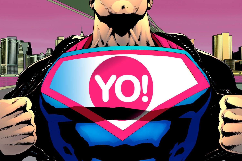 superman mostra la scritta YO sul petto