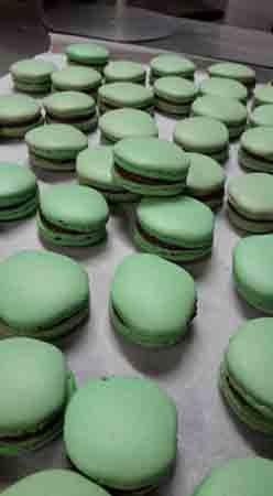 macarons verdi con ripieno di cioccolato