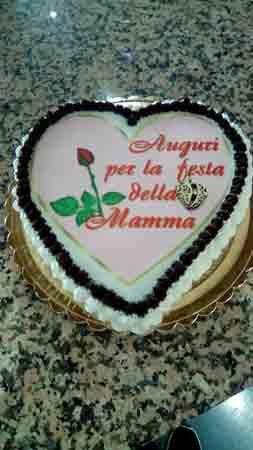 torta a forma di cuore per la festa della mamma