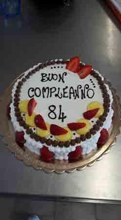 torta di buon compleanno 84 anni