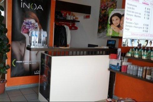 bancone di ingresso del negozio Virgola New Style
