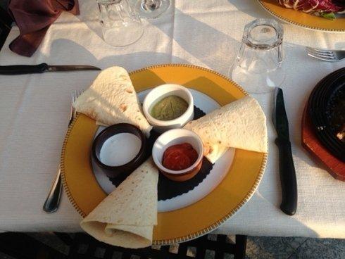 Oltre ad una ricca scelta di pietanze italiane e valtellinesi, non mancano alcune pietanze di tradizioni gastronomiche lontane.