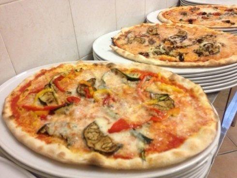 Presso il locale potrete gustare deliziosi piatti di carne ed invitanti pizze.
