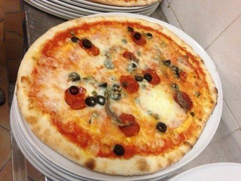 Il locale propone una ricca scelta di pizze, da gustare anche da asporto.