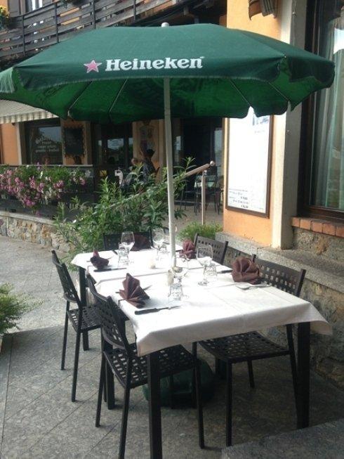 Potrete apprezzare gli invitanti piatti del locale sia nel salone interno che nella zona antistante il suo ingresso.