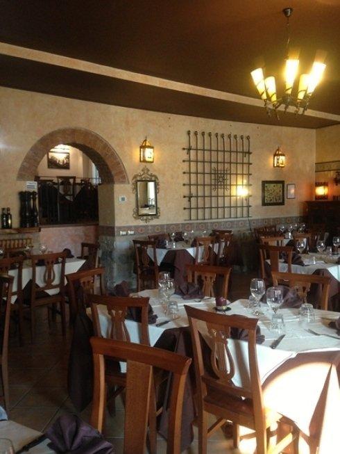 Il locale vanta uno spazioso salone in grado di accogliere tavolate numerose.