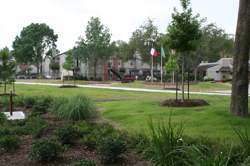 Rockridge Station Main Lawn - Houston Apartment Complex