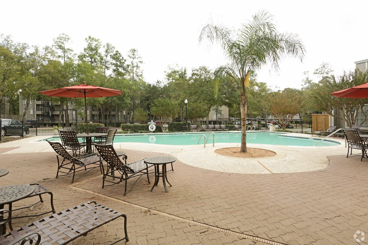 One Westfield Lake Pool - Houston Apartment Complex