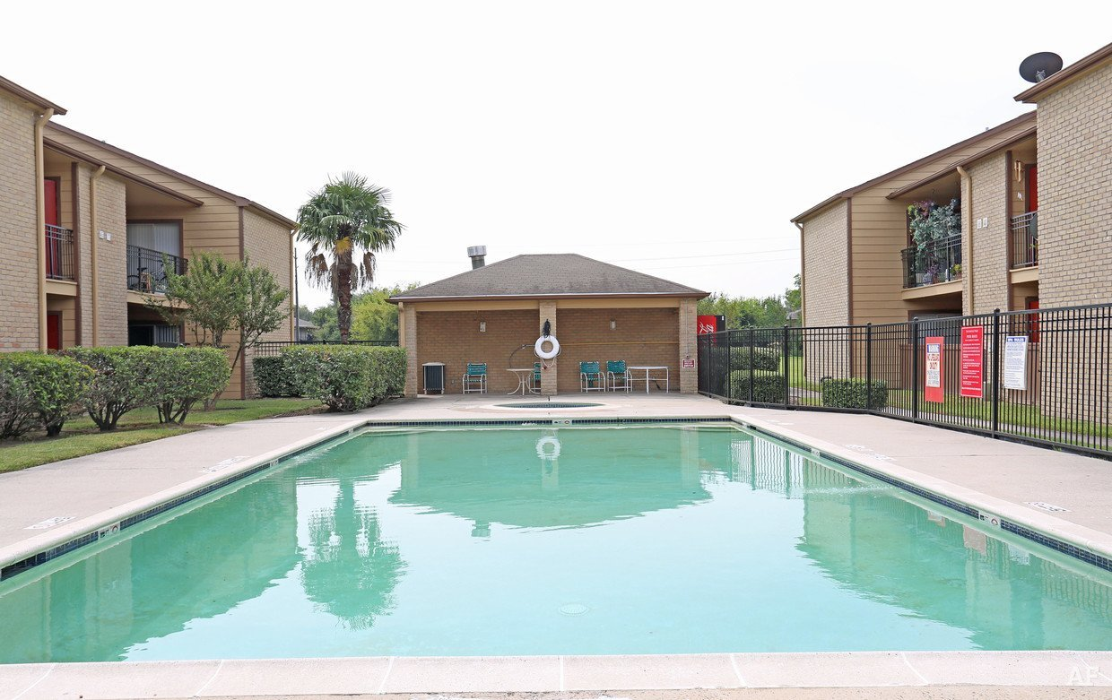Rockridge Park Pool - Houston Apartment Complex