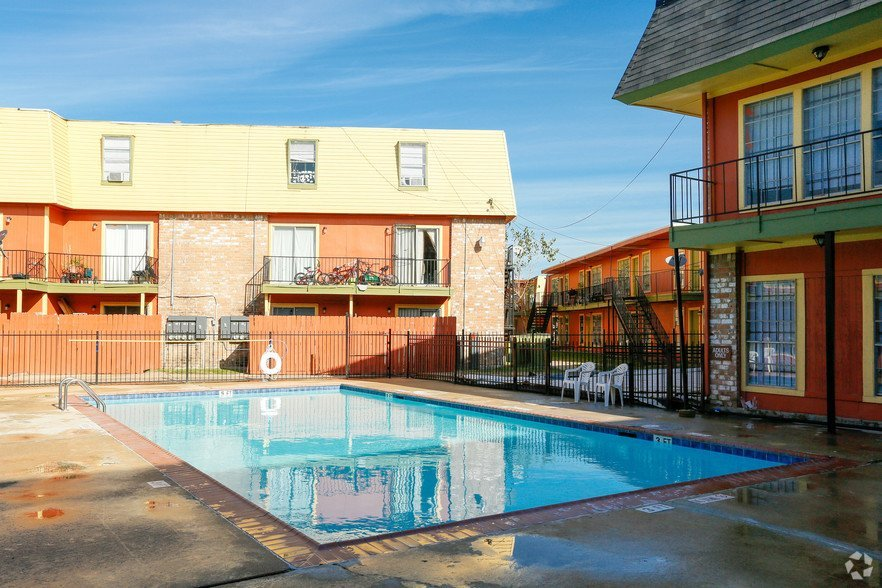 Heatherwood Pool - Houston Apartment Complex