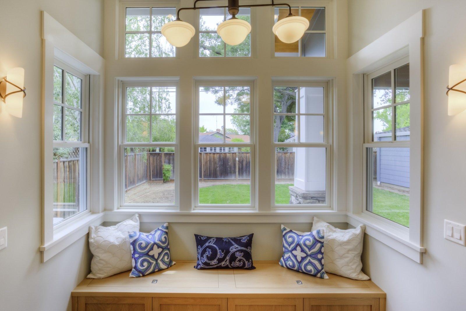 Grandi finestre di PVC bianco